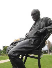 Vladimir_Nabokov_(statue)