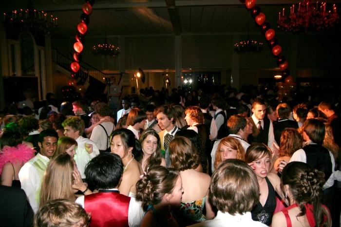 Prom_crowded_dancefloor